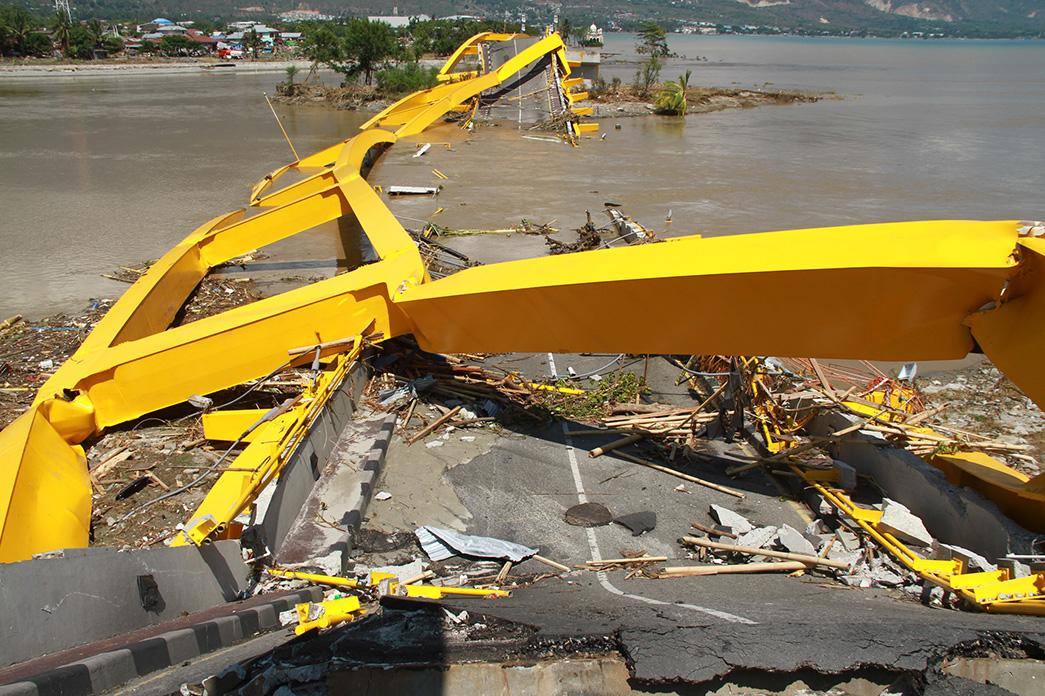 Suasana jembatan empat ponolele yang roboh pasca gempa dan Tsunami,terjadi hari Jumat (28/9) lalu di Pantai Talise, Palu, Sulawesi Tengah, Minggu (30/9).