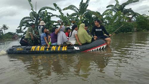 Marinir-Evakuasi-Korban-Banjir-Makassar