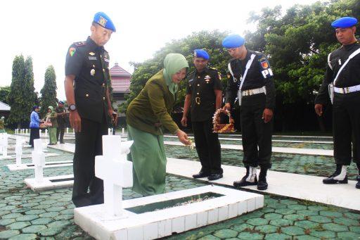 Dandenpom Ziarah ke Taman Makam Pahlawan Tatura