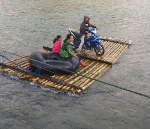 Jembatan Putus Dihantam Banjir, Warga Tolitoli Terpaksa Gunakan Rakit