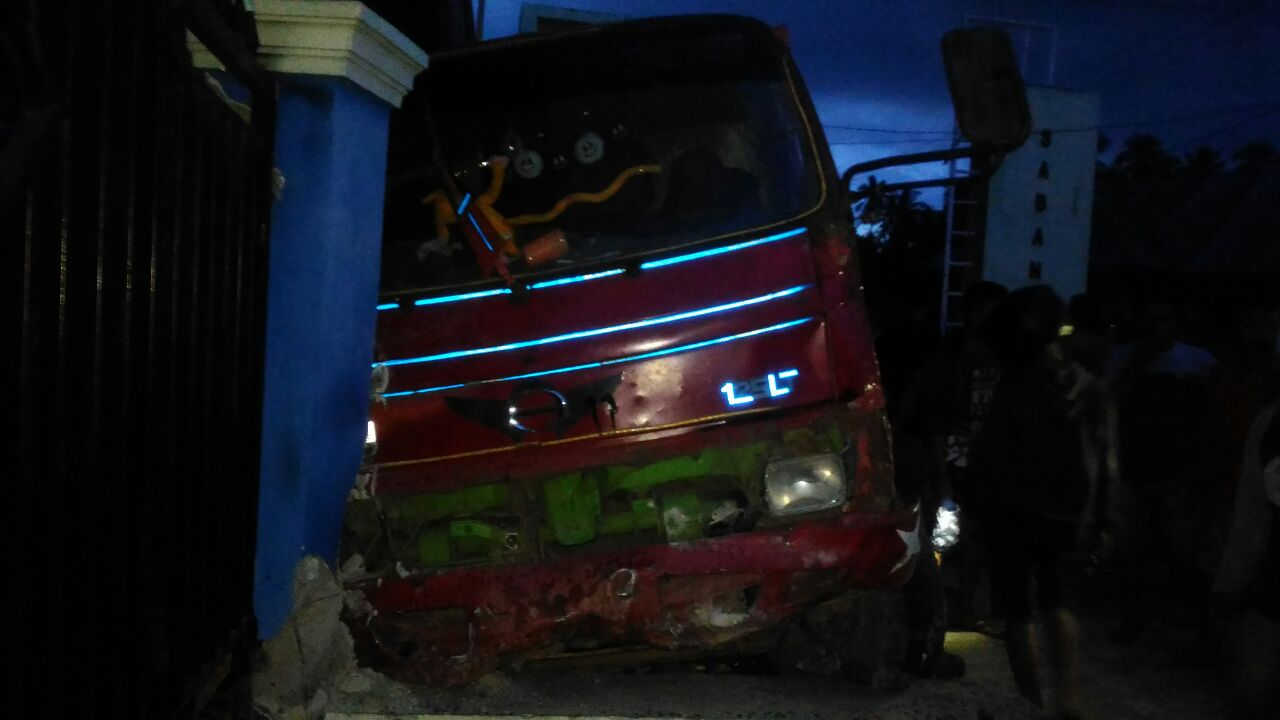 Dump truk tabrak