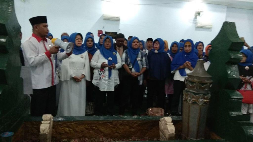 Nilam Berkunjung ke Makam Guru Tua-1