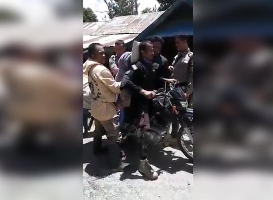 Polisi Antar Jenazah dengan Motor