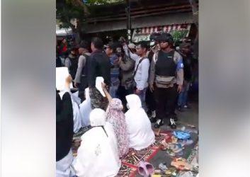 Menegangkan, Simak Video Detik-detik Polisi Bubarkan Massa Penghadang Eksekusi Lahan di Luwuk