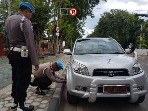Parkir di KTL, Puluhan Kendaraan Anggota Polisi Digembosi