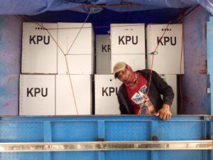 Polri dan TNI Kawal Logistik Pemilu dari PPK Menuju Kantor KPU Banggai