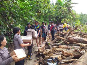 Bantu Korban Banjir Bandang Sigi, Begini Aksi Polwan Polda Sulteng