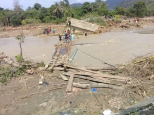 Pasca Banjir Morowali, Untuk Menyeberang Masih Pakai Rakit