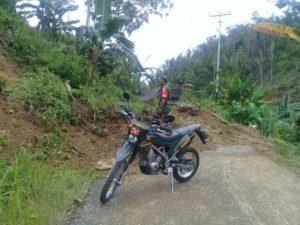 Akibat Hujan, Jalan di Desa Tompotika Tertutup Longsor