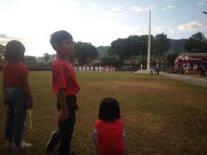 Tiga Bocah Asyik Bermain Saat Upacara Penurunan Bendera di Tolitoli