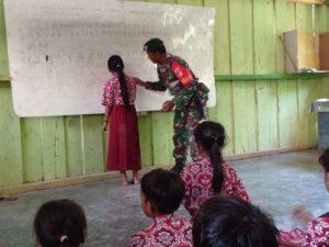 Demi Masa Depan, Prajurit TNI ini Turun Mengajar Anak-anak di Desa Terpencil