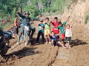 Anak-Anak Ikut Bantu Anggota TNI Bangun Jamban Desa