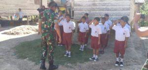 Prajurit TNI Ajarkan Baris Berbaris kepada Anak-Anak di Desa Terpencil