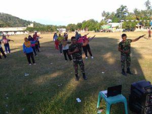 Isi Waktu Luang, Prajurit TNI Ajari Warga Desa Gerakan Senam