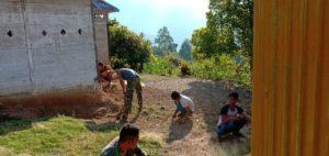 Bergotong Royong bersama Warga, Satgas TMMD ke-106 Bersihkan Pekarangan Rumah