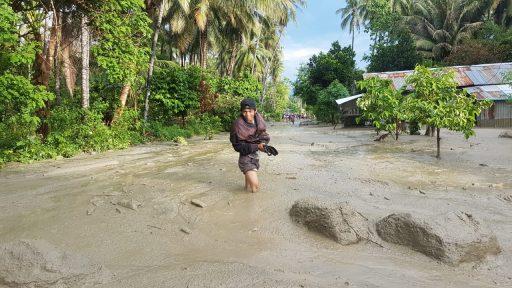 Banjir Lumpur di Desa Poi Membuat Jalur Palu – Bangga Sempat Putus