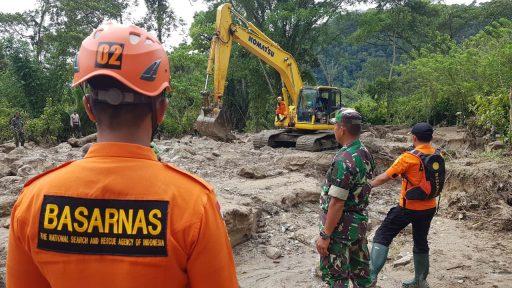 Tim SAR Temukan Korban Banjir Desa Lengkeka Tewas Tertimbun Batuan dan Kayu