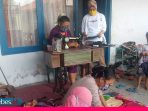 Sumbangkan Gaji, Berdayakan Warga untuk Membuat 5000 Masker Kain