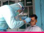 Di Palu, Tukang Cukur Rambut Gunakan APD Saat Layani Pelanggan