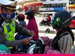 HUT Bhayangkara ke-74, Satlantas Polres Palu Bagikan  Masker dan Handsanitizer Untuk Warga Palu