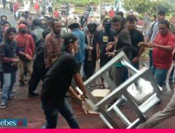 Unjuk Rasa Mosi Tidak Percaya kepada DPRD Touna Berakhir Ricuh