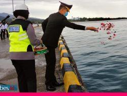 Perayaan HUT Bhayangkara ke-75, Polres Morowali Tabur Bunga di Pelabuhan Bungku