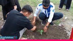 Mahasiswa tanam pohon