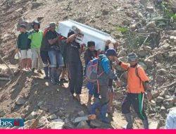 Jalan Putus di Kulawi, Warga Gotong Peti Jenazah Sejauh 15 KM Melewati Longsoran