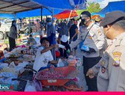 Patuhi Prokes, Aparat Keamanan Bagikan Masker di Pasar